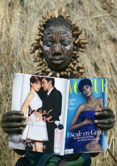Женщина племени мурси впервые видит журнал Vogue, Эфиопия - чувства и эмоции человека