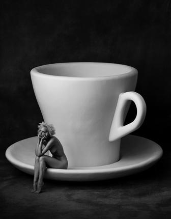 Альберт Уотсон. Кармен с чашкой и блюдцем. Нью-Йорк Сити. 1996