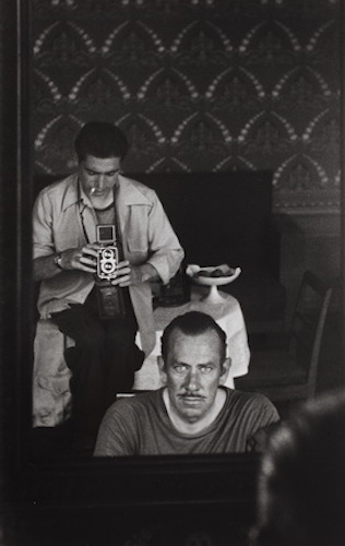 Роберт Капа фотографирует американского писателя Джона Стейнбека, с которым вместе ездил в Советский Союз с тем, чтобы сделать фотографии к его книге «Russian Journal». Москва, август-сентябрь 1947. Photograph by Robert Capa. © International Center of Pho