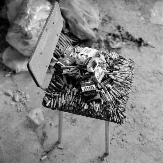 Джеймс Хилл_Частично сожженные сигареты лежат на стуле в классе в знак поминовения родственников, убитых террористами в школеNo1, Беслан, Северная Осетия, сентябрь 2004