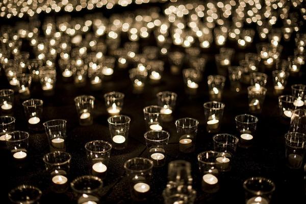свет от горящих свечей