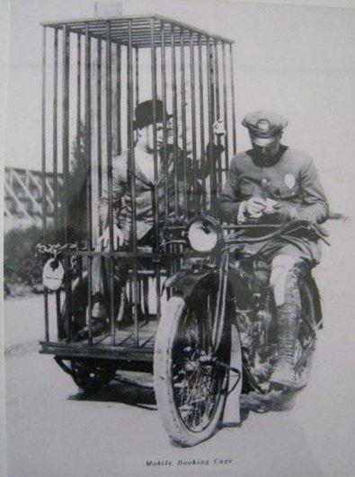 Полицейский, мотоцикл Harley-Davidson, и заключенный в клетке. 1921 год.