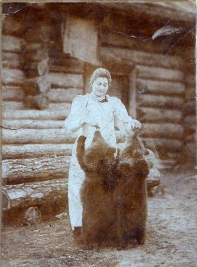 1900 год. Наши: Сибирячка, и случайно зашедшие в гости медвежата. ;)