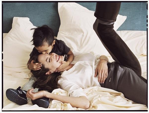 фотографии Энни Лейбовиц – Анджелина Джоли (Angelina Jolie) и Мэддокс (Maddox).