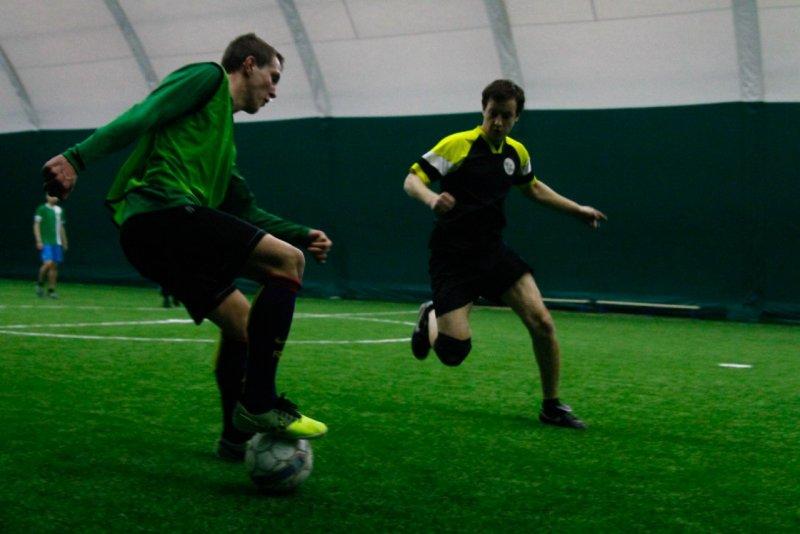 Игрок обрабатывает мяч