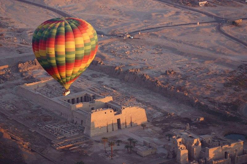 Вид с воздушного шара на Долину Царей на рассвете. Египет