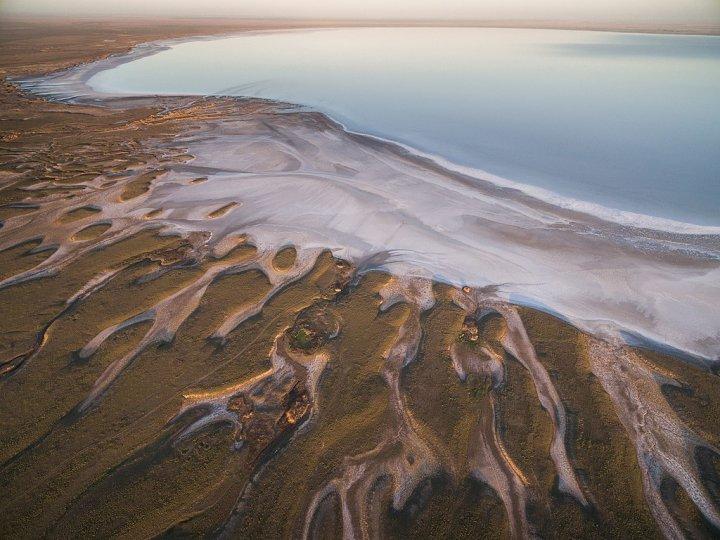 Берег солёного озера Эльтон с высоты птичьего полёта, Волгоградская область. Автор фото: Владимир Медведев.