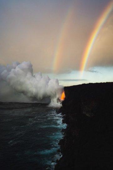 Двойная радуга над изливом лавы в Национальном парке вулканов на Гавайских островах.