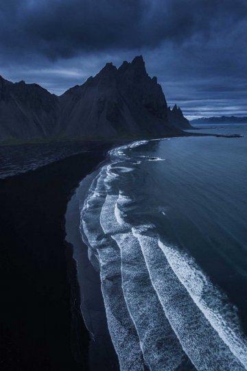 Черный песчаный пляж с горой Вестурхорн, Исландия.