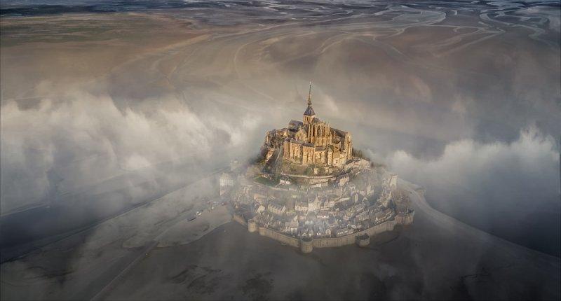 Гран-при. Остров-крепость Мон-Сен-Мишель туманным утром. Автор фото: Дерик Баумгэртнер.
