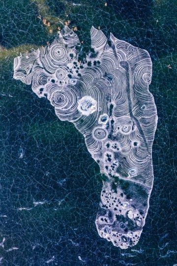 2 место. «След». Снег в пустыне Такла-Макан образует редкую текстуру на пустынном озере. Автор фото: Ван Ханьбин.