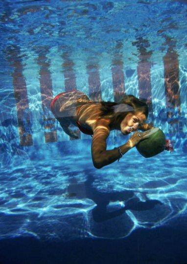 Высшее общество у бассейна в фотографиях Слима Ааронса - №37