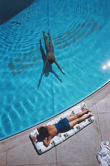 Высшее общество у бассейна в фотографиях Слима Ааронса - №30
