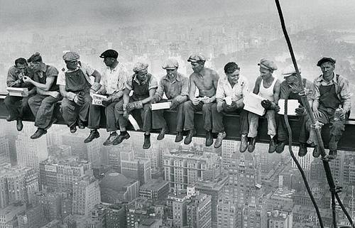 Знаменитая фотография «Обед на вершине небоскреба» сделанная в 1932 году. Чарльз Эббетс (Charles C. Ebbets) запечатлел обедающих рабочих на стройке небоскреба Rockefeller Center в Нью Йорке.