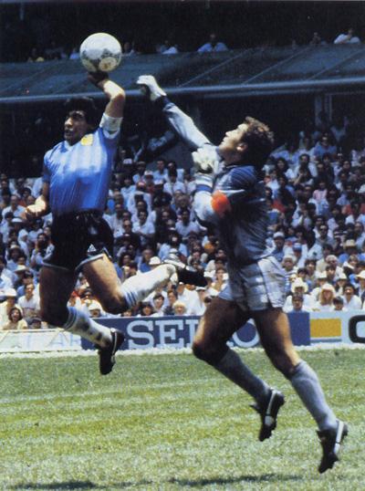 Легенда футбола Диего Марадона (Diego Maradona) во время матча между Англией и Аргентиной.