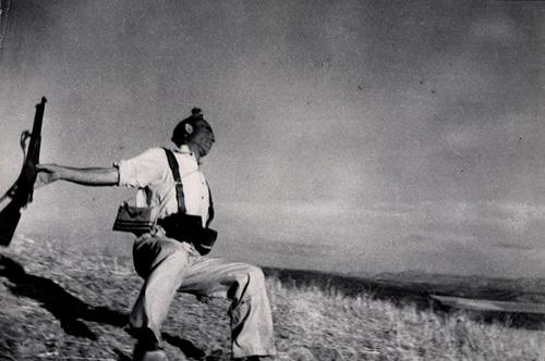 Знаменитая фотография Роберта Капа (Robert Capa) «The Falling Soldier».