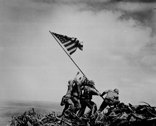 Фотография «Raising the Flag on Iwo Jima» была сделана Джо Розенталем (Joe Rosenthal) 23 февраля 1945 года.