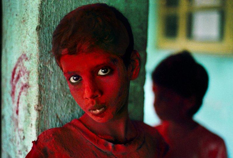 Мальчик в красной краске на фестивале Холи. Мумбаи, Индия, 1996