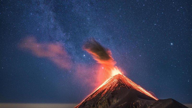 «Извержение вулкана с Млечным путём»