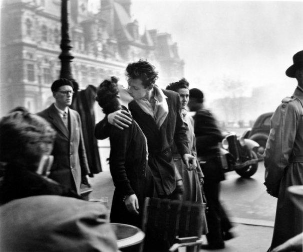 «Поцелуй у здания муниципалитета» — самая знаменитая работа фотографа Робера Дуано