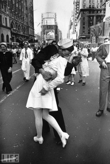 Одна из самых известных фотографий. Поцелуй моряка и медсестры после объявления об окончании войны.