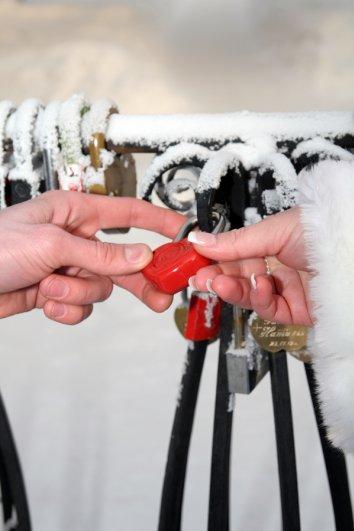 Яркие аксессуары — ваши помощники на зимней свадьбе