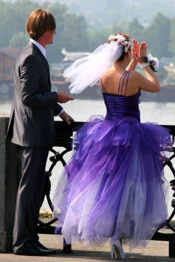 Яркое платье добавит шарму (правда сам пример из летней свадьбы)