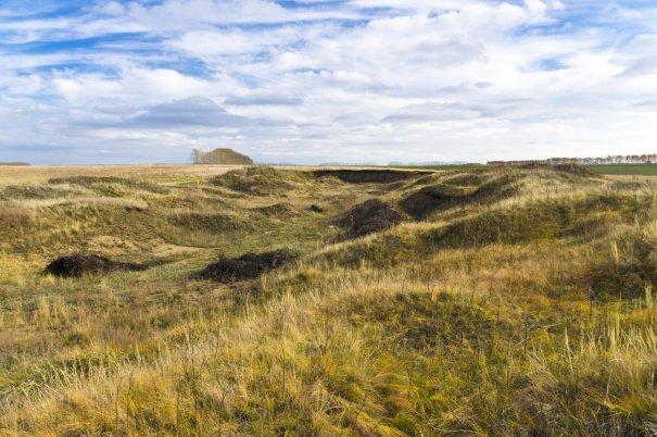 Склоны кратера изрыты местными жителями для добычи песка
