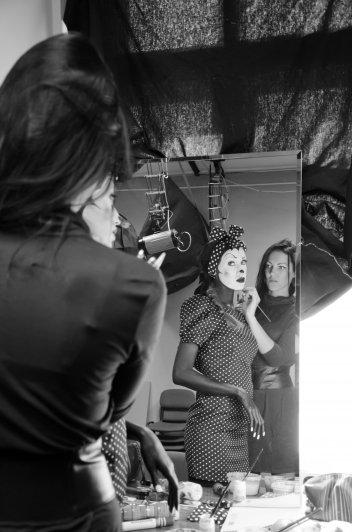 студия Снеткова, Карина готовится к фотосессии.