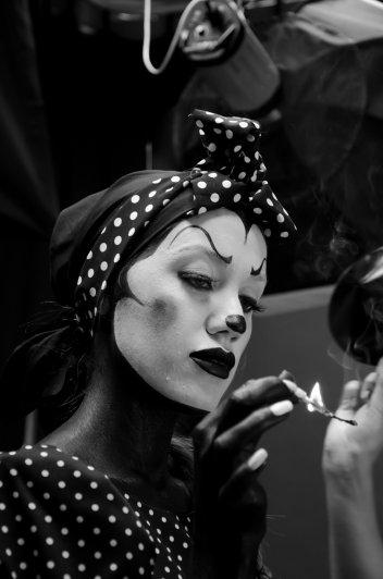 Карина зажигала спички для сигары