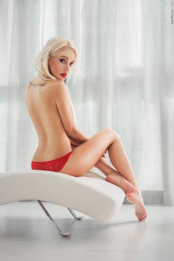 Девушка на кресле с татуировкой на спине - фото - Данил Сигидин