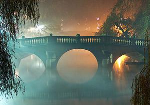 Туман ночью в Кэмбридже.