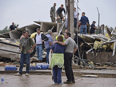 Новости в фотографиях - Ужасные последствия торнадо в Оклахоме, США - №9