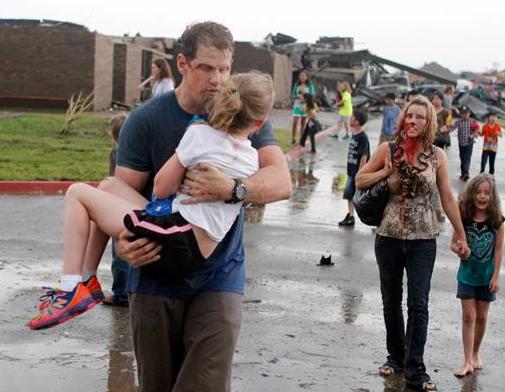 Новости в фотографиях - Ужасные последствия торнадо в Оклахоме, США - №10