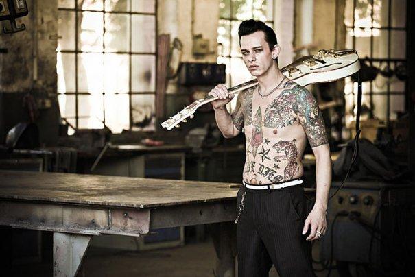 Мастер фотографии Dirk Behlau любит снимать красивые тату - №14