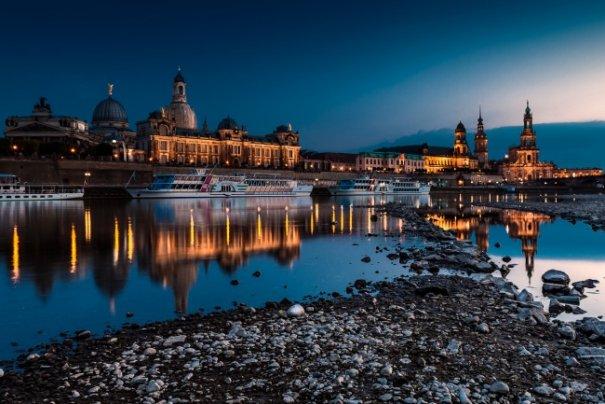 Естественная симметрия - лучшие зеркальные отображения города в воде - №5