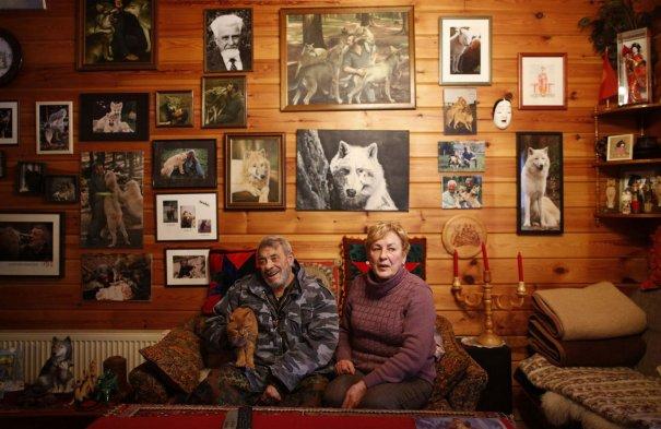 Исследователь Фройнд, его жена Эрика и их любимый кот Макс сидят в гостиной своего дома, в волчьем святилище.