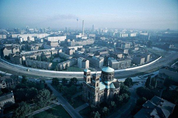 Новости в фотографиях - 17 редких кадров из истории Берлинской стены - №1