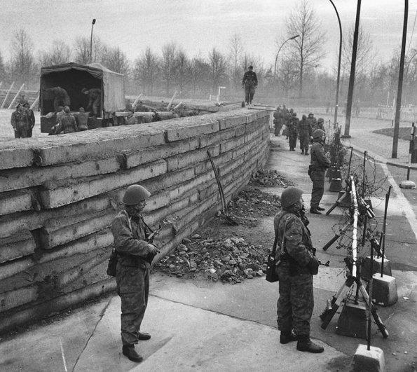 Новости в фотографиях - 17 редких кадров из истории Берлинской стены - №2