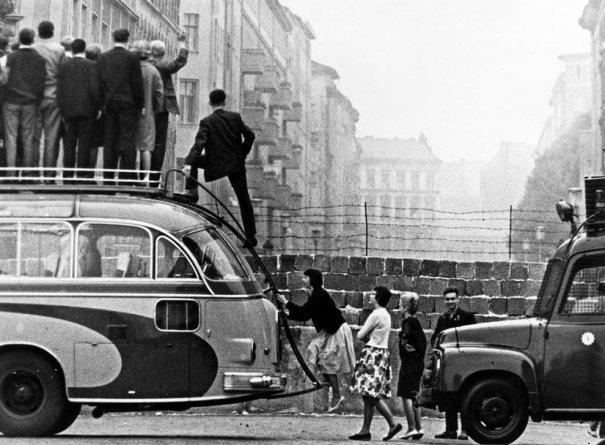 Новости в фотографиях - 17 редких кадров из истории Берлинской стены - №3
