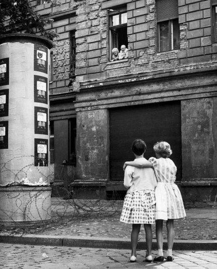 Новости в фотографиях - 17 редких кадров из истории Берлинской стены - №4