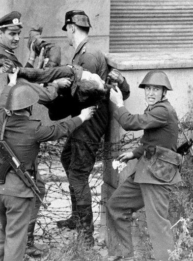 Новости в фотографиях - 17 редких кадров из истории Берлинской стены - №5