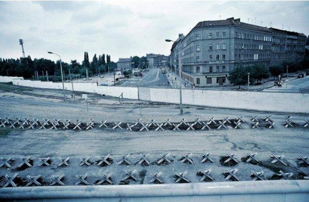 Новости в фотографиях - 17 редких кадров из истории Берлинской стены - №7