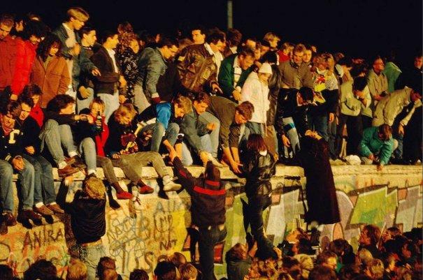 Новости в фотографиях - 17 редких кадров из истории Берлинской стены - №8
