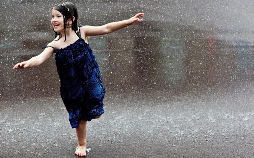 Люди под дождем - красиво и актуально для осенних фото - №1