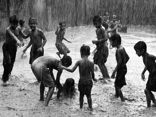Люди под дождем - красиво и актуально для осенних фото - №3