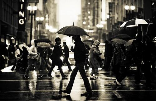 Люди под дождем - красиво и актуально для осенних фото - №7