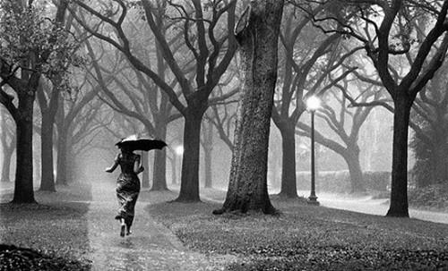 Люди под дождем - красиво и актуально для осенних фото - №8