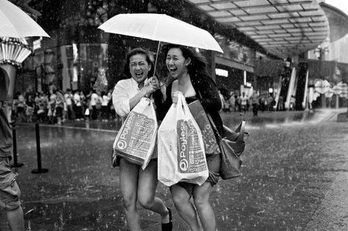 Люди под дождем - красиво и актуально для осенних фото - №10