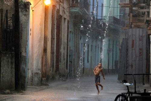 Люди под дождем - красиво и актуально для осенних фото - №14